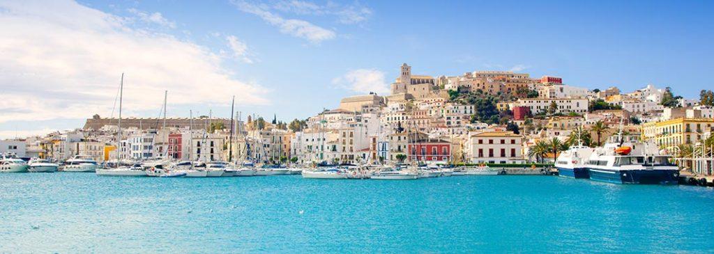 Spanisches Flair, umgeben von türkisblauem Wasser: Balearen – Ibiza